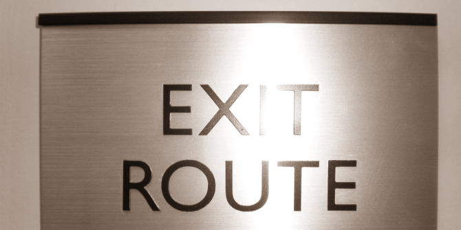 Exit_route_sign_with_braille