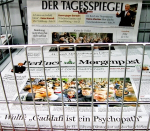 """ÄGYPTEN: Schlagzeile (Tagesspiegel): """"Kairos der Freiheit"""" Schlagzele (Mopo): """"Deutschland reicht Ägypten die Hand"""" LIBYEN: Schlagzeile (Tagesspiegel): """"EU prüft Militäraktion in Libyen"""" Schlagzeile (Mopo): """"Wulff: Gaddafi ist ein Psychopath - Bundespräsident verlangt 'mutiges Auftreten' der EU, Libyens Diktator lässt auf Moschee schießen"""