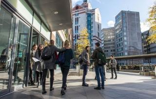 students entering library, credit Catarina Heeckt