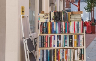 books on bookcase outside SU shop, credit Catarina Heeckt