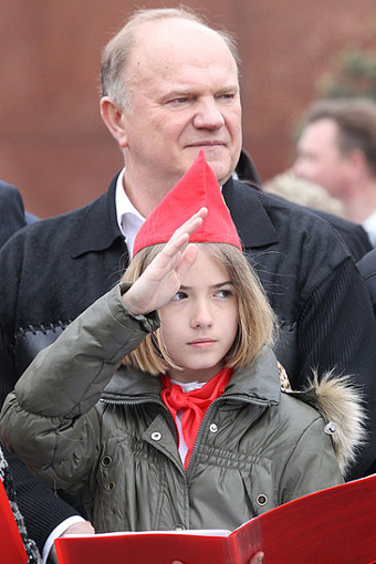 Leader of the Communist Party Gennady Zyuganov and a participant of the Young Pioneer induction ceremony on Moscow's Red Square (RIA Novosti archive, image #910729 / Vladimir Fedorenko / CC-BY-SA 3.0)