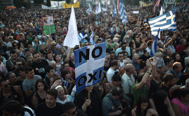 Greek protesters hold a placard on July 3 reading 'No' during a demonstration calling for a 'No' vote in today's referendum in Athens (Agence France-Presse Photo)