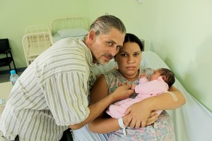 Adelir de Goes and her husband with their child in the hospital. Photo made by Erika Carolina, from Folha de São Paulo.