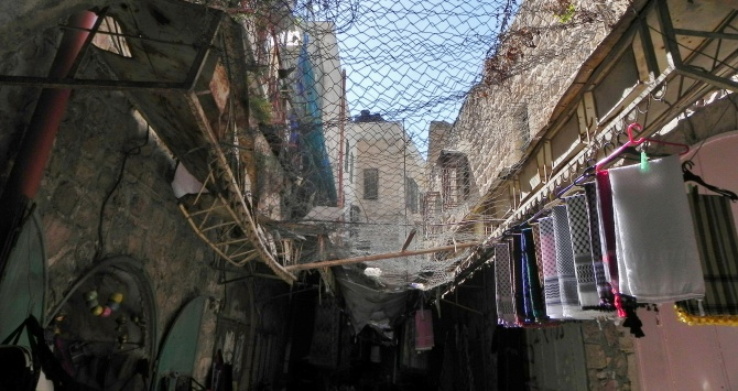 Covered Souk in Hebron West Bank. Photo Credit: Young Shanahan via Flickr [https://www.flickr.com/photos/youngshanahan/9770875273/] License: CC BY 2.0