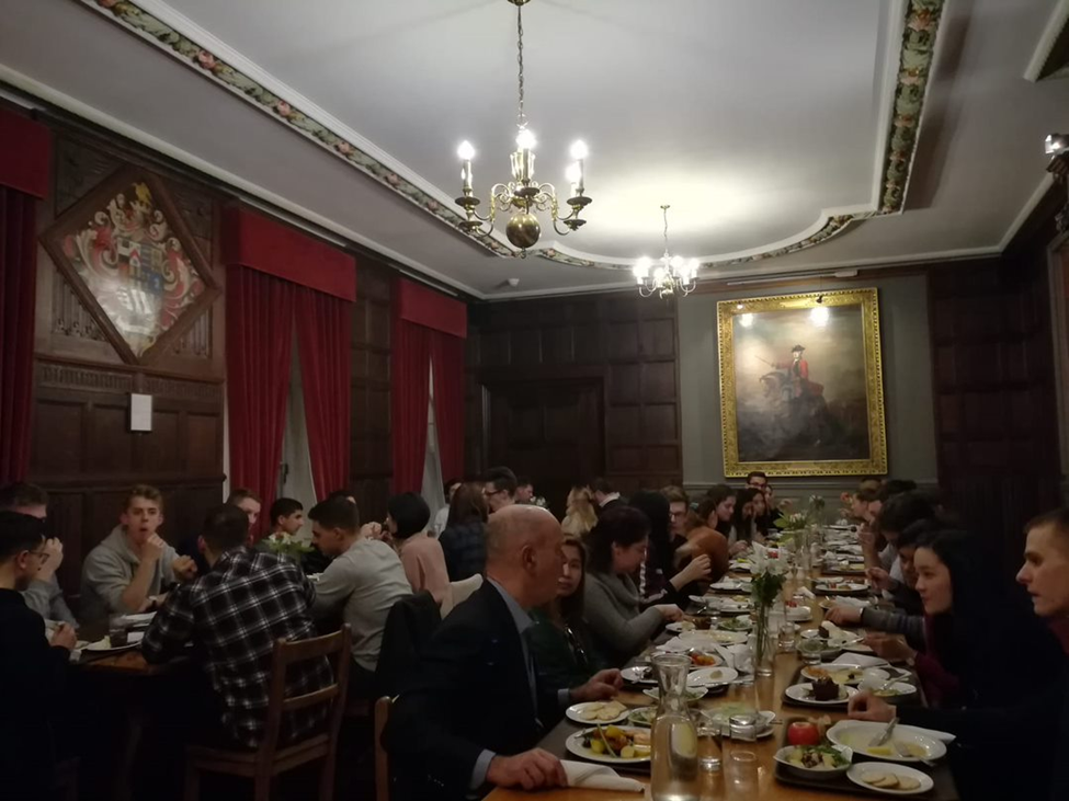 Students and faculty enjoy discussions at dinner