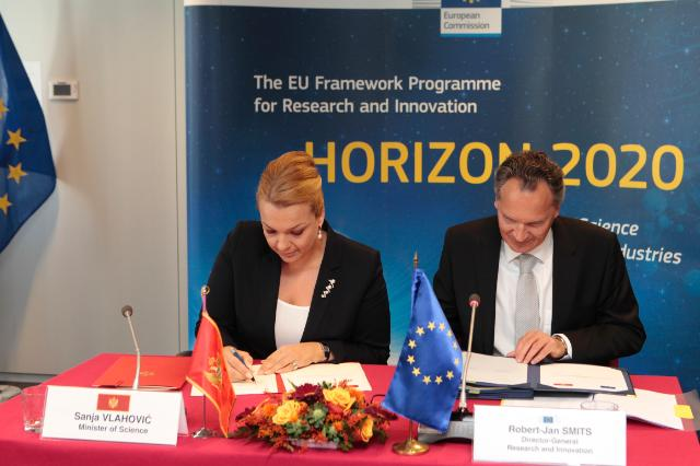 Signing of the Horizon 2020 association agreement with Montenegro by Sanja Vlahovic, on the left, and Robert-Jan Smits, image from ec.europa.eu