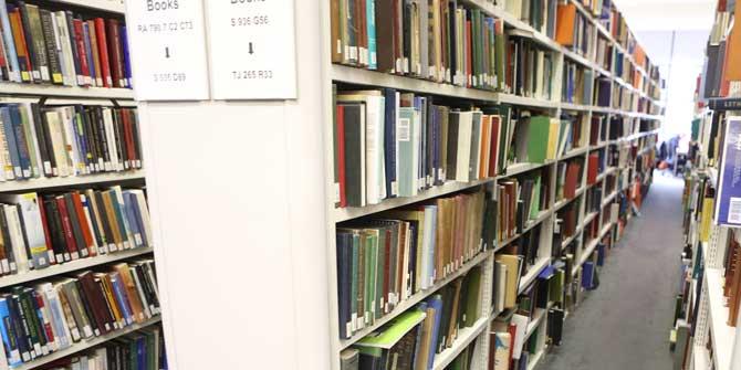 LSE library bookshelves