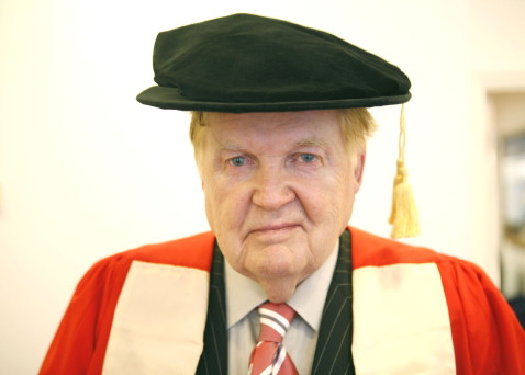 Robert Mundell, american economist and Nobel Prize in Economics in 1999, receives his honorary doctorate from the London School of Economics. 13th December 2006