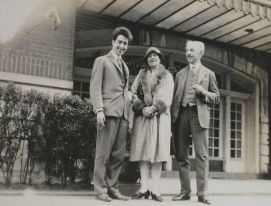 Undated photograph of Robert René Kuczynski with his wife Bertha and son Jürgen, probably in Berlin. Zentral- und Landesbibliothek Berlin.