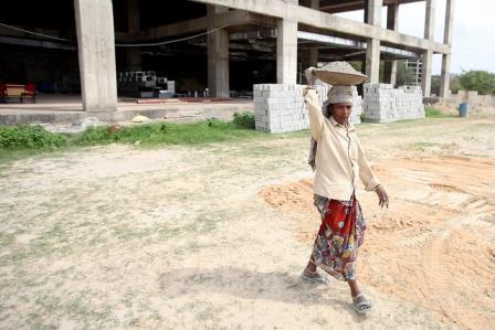 Woman labourer, Bangalore. Image credit: Flickr/Nicolas Mirguet