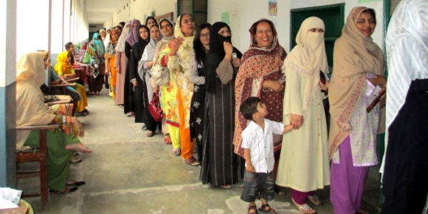 dfid-women-in-rawalpindi-queuing-to-vote